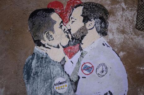 Il-bacio-tra-Salvini-e-Di-Maio-firmato-TvBoy-dettaglio-1